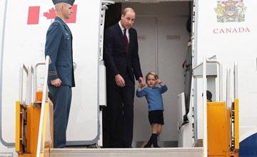 威廉和乔治小王子走出机舱瞬间