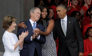 米歇尔与小布什亲密相拥 奥巴马一旁吐舌头