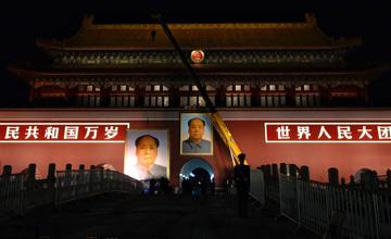 天安门深夜更换毛泽东像画面
