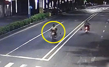 下一幕,骑摩托车男子被撞飞