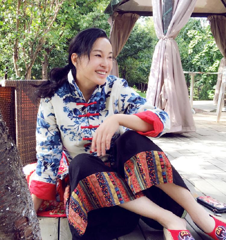 """刘晓庆 昨日,刘晓庆在微博晒出一组度假照,和网友一起分享自己的假期生活。她在微博中写道:""""阳光素颜主义""""。照片中的刘晓庆身穿民族服饰,素颜出镜之后,不仅表情僵硬,皮肤松弛的问题也展现出来,让不少网友感慨,女神也经受不住岁月的考验。"""