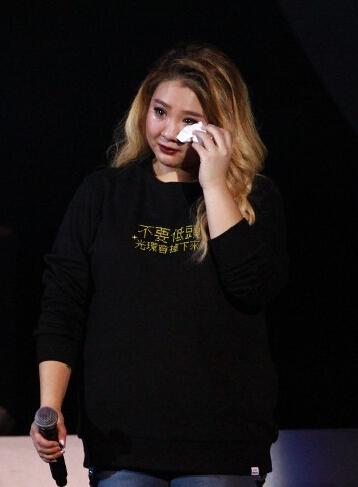 郑欣宜曾跪地挽回前男友 外表坚强的她这次哭了