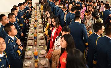 武汉:200名女青年在食堂与军官相亲现场