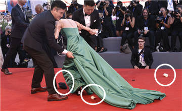 中国女星红毯摔倒,手包里竟掉出这东西…
