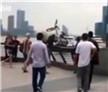 男子狂砸20辆网约单车扔黄浦江 人群暴怒