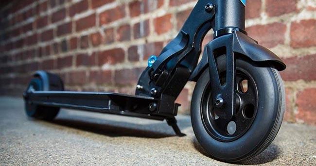 世界首辆运动控制电动踏板车
