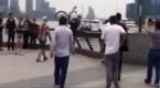 港男狂砸20辆网租单车扔向黄浦江 人群暴怒了