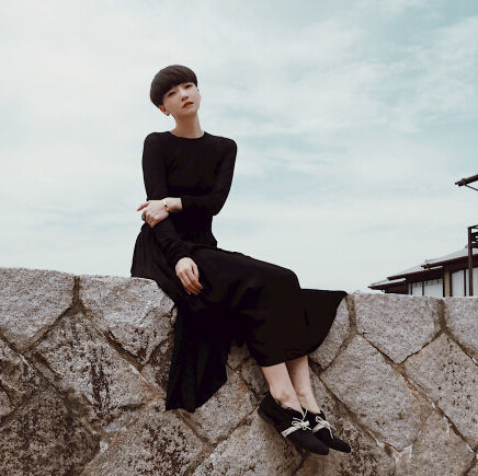 高晓松前妻倚坐海边似少女 皮肤白皙气质优雅(图)