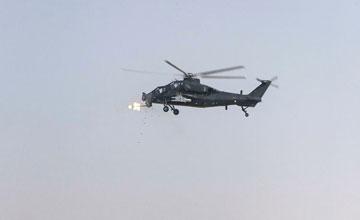疑似中国直-10在巴基斯坦测试 连射导弹机炮开火