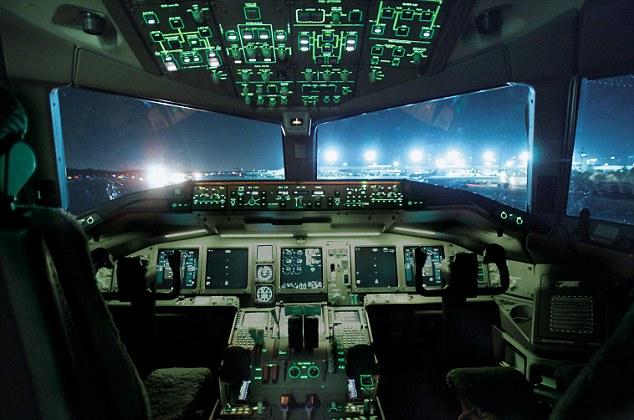 图为音777飞机驾驶舱照片