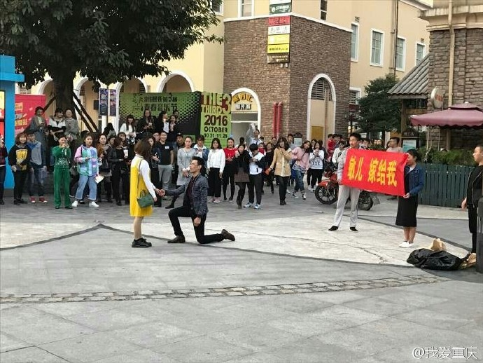 重庆一男子拿花圈求婚