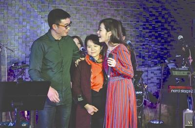 张靓颖冯轲举行婚礼 张妈妈:户口簿还在我手上