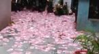 现场:广州男离奇坠楼 楼道内撒满百元大钞
