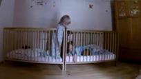 宝宝的安抚奶嘴掉了,双胞胎姐姐只好亲自出马了