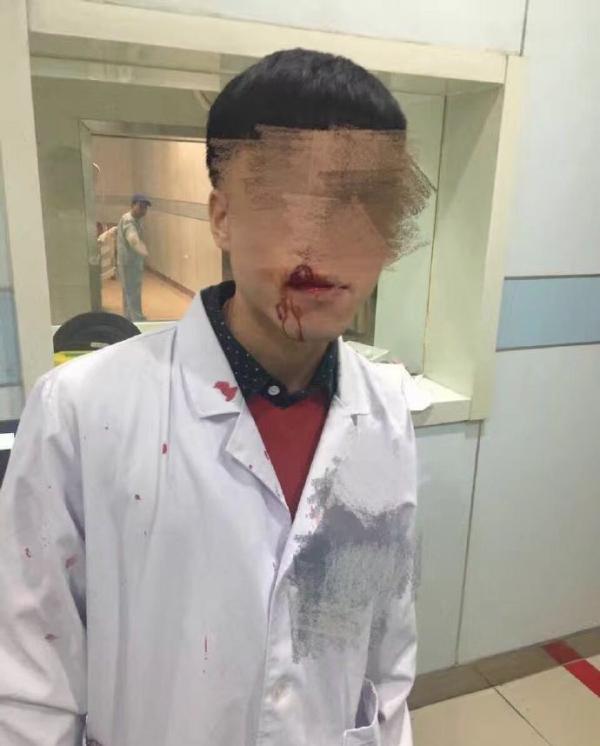 苏州一男子冒用儿子医保卡就医遭拒,殴打医务人员致2人伤