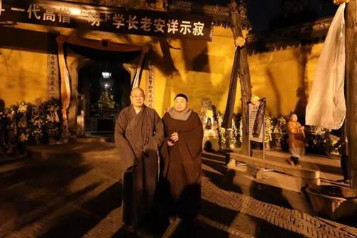 中国佛教协会副会长圣辉大和尚12月6日深夜赴灵岩寺悼念明学长老