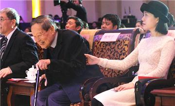 94岁杨振宁与40岁妻子现身颁奖典礼现场