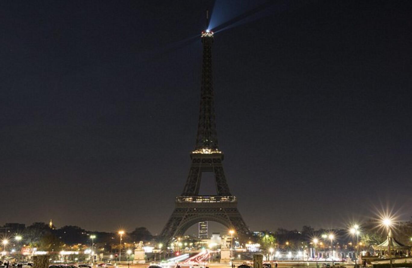 法国巴黎的埃菲尔铁塔关闭灯光
