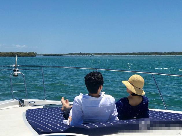 袁咏仪晒与张智霖海边度假照 网友调侃:没空买包了