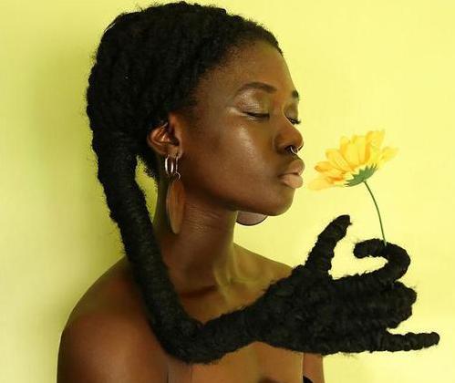 这个黑姑娘,把她的头发玩出花来了
