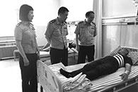 骑车男生抽搐倒地 80后过路护士携子进行救援