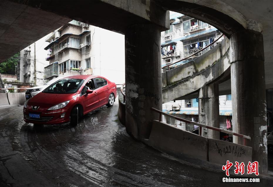 """重庆现五层""""螺旋""""停车库 司机称会绕晕头"""