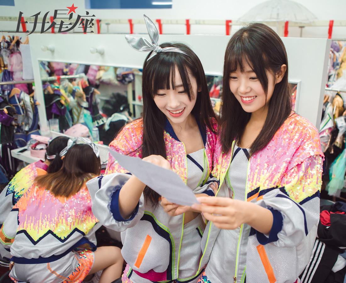 """这次的公演是BEJ48三支队伍首次举行联合公演,成员们也更加用心和努力,Team J的任心怡、孙雨姗仔细查看彩排流程表。值得一提的是,BEJ48的公演还被粉丝戏称为""""德云社官方对手"""",看来粉丝们也很任性。"""