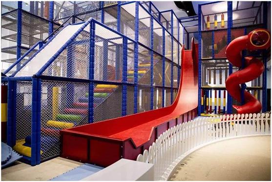 英国大滑梯、拓展攀爬、海洋球池、超级大蹦床、欢乐沙滩、派对屋、DIY手工坊和亲子礼品机是嗨贝天地的八大主打项目。其中,英国进口的英国大滑梯是嗨贝的明星项目,由英国著名童玩设计师David Taylor设计,总高9.5米,拥有多条45度、90度的超长滑道,还有螺旋管道滑道。嗨贝的英国大滑梯是目前青岛最大的室内组合滑梯,滑梯的组合攀爬架上还有探险、弹跳等40多种组合玩法。