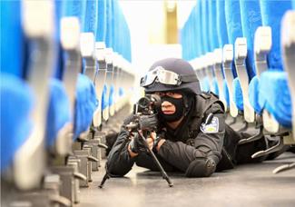 重铁特警应急处置演练保春运安全