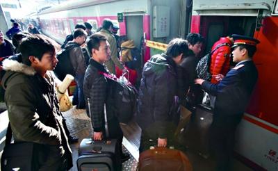 """坐火车回渝人均耗时近1天 两成重庆乘客为回家买站票""""  width="""