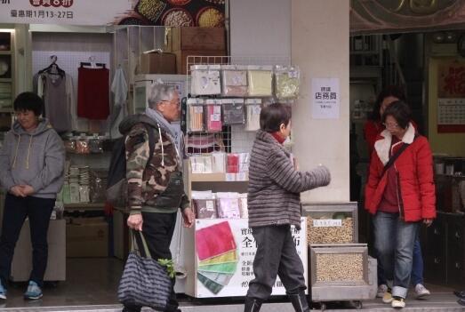 """82岁""""黄药师""""陪妻买年货 帮妻拎菜显恩爱"""