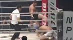 """日本拳手撑伞面具出场 惨遭""""足球踢""""KO"""