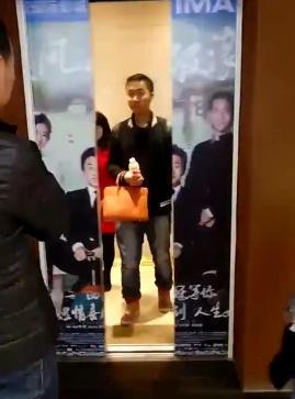 """邓超海报被""""撕裂"""" 孙俪:我就静静地看着你"""
