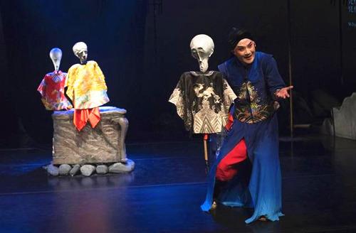 图片为2016年小剧场戏曲《我,哈姆雷特》剧照。