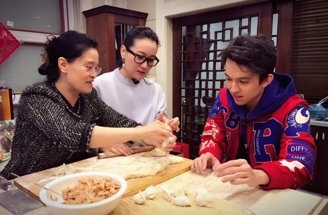 迪玛希到谭晶家包饺子 称这是中国的第二个家