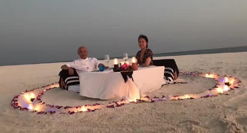 张卫健夫妇无人岛度假 沙滩上共享烛光晚餐