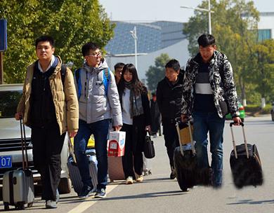 大学生昂扬返校
