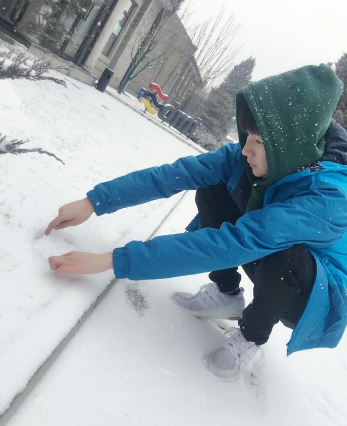 王源雪地撒欢踢雪球 一脚踢穿屏幕浑身是雪