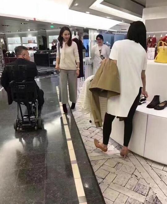 45岁阔太黎姿巴黎扫货 老公坐轮椅相陪