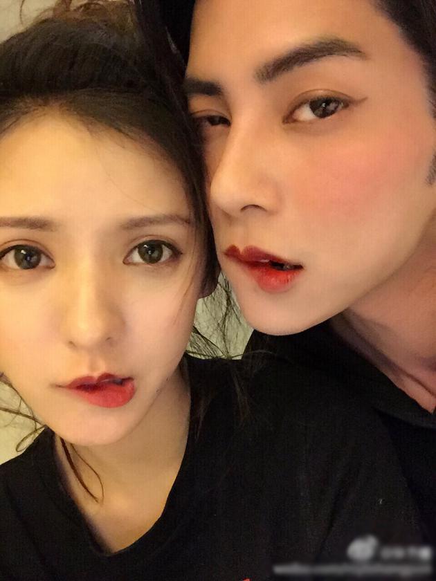张予曦为男友化同款妆容 甜蜜贴面配一脸