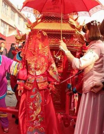 传统花轿迎新娘引市民驻足拍照