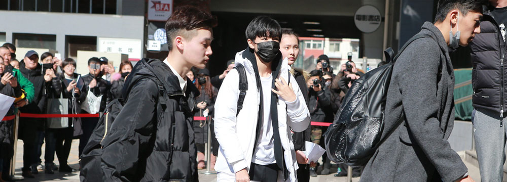 王俊凯现身北影艺考三试 获助理开道低头疾走