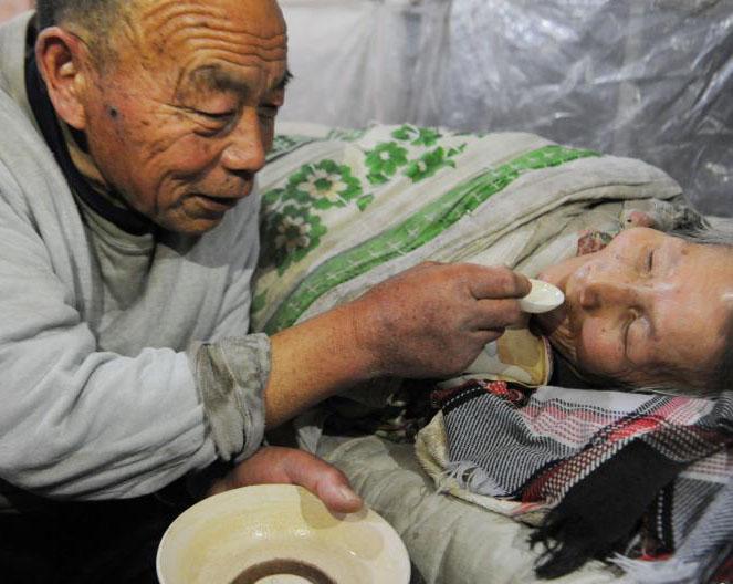 古稀老人照顾病妻26年不离不弃