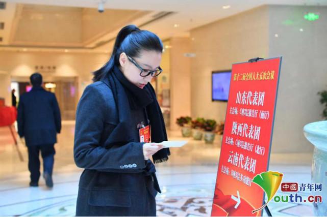 人大代表谭晶到云南代表团驻地报到:已自主择业