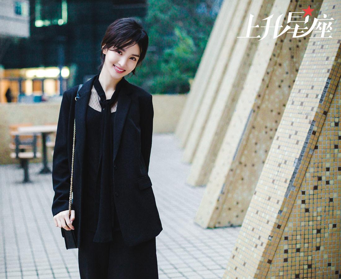 """在很多人眼中,金晨外表文静甜美再加上灵动的舞姿,会觉得她是柔弱少女,而实际上,内心女汉中二又呆萌的她,时不时显露出山东人耿直爽快甚至有点""""神经""""的一面。为了探寻女神华丽蜕变的秘密,凤凰网娱乐跟着金晨来到她演员梦最开始的地方——北京舞蹈学院。"""