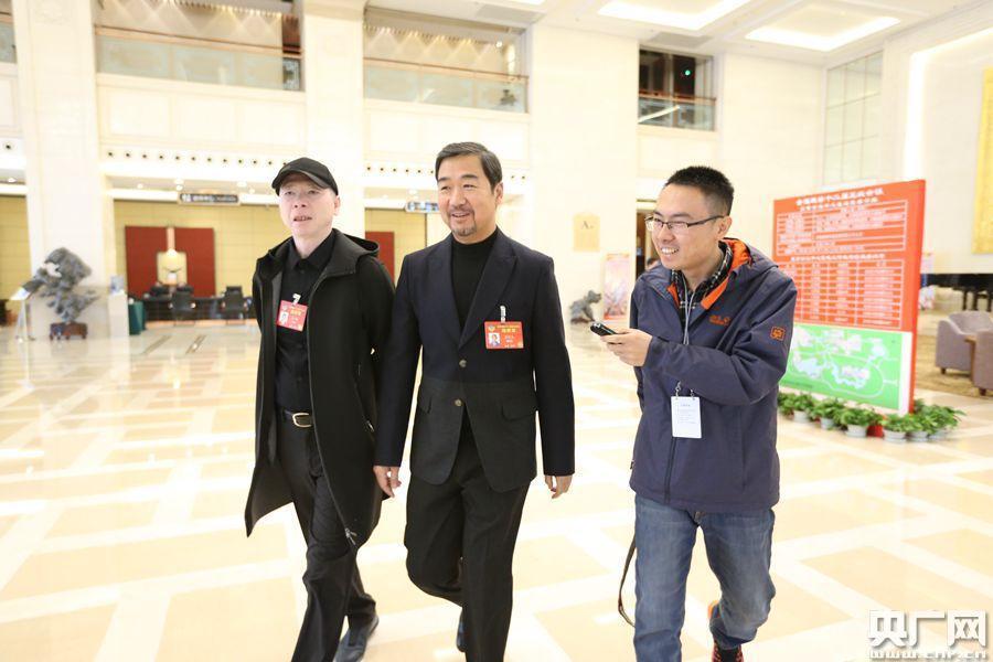 冯小刚张国立全国两会报到 姜昆关注未成年人群体