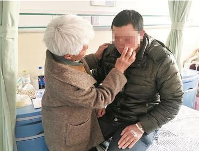 农妇23年将烧伤弃婴养大 筹20万捐款为其换脸