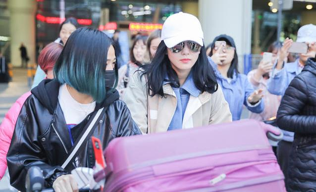 刘诗诗帮助理推行李 机场迷路左顾右盼超可爱