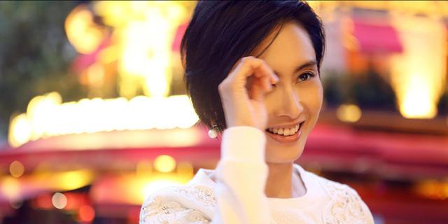 不老女神朱茵晒自拍:我爱笑,管他皱纹不皱纹