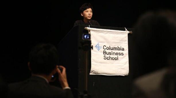 邓亚萍在美国哥伦比亚大学英文演讲 气势十足(图)